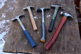 Стамески мы поменяли на молотки. Строительство малой бригадой дает нам возможность и гвозди позабивать. Ох и люблю я гвозди забивать!!