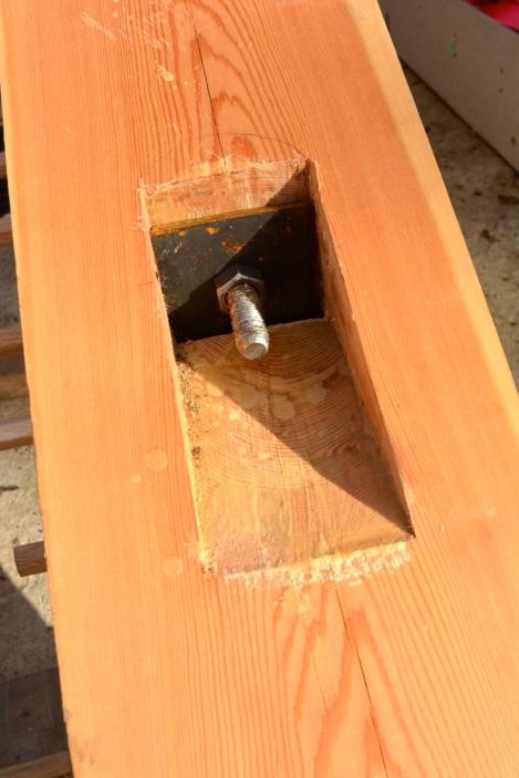 Применение металла в соединениях может иногда поставить плотника в ступор. Просто из-за того, что на ощупь металл не деревянный. :) На данном каркасе у нас было две фермы, которые требовали применение прутка длиной около 6 метров. Диаметр 24мм. Поди нарежь такой резьбу сам!