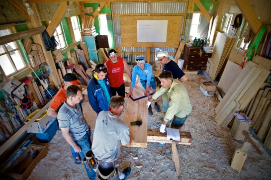 """Как говорится, """"хорошо в деревне ... летом!"""" В этой мастерской уже давно постелены деревянные полы, обшиты стены и поставлена печка. Земляные полы по-японски (чтобы на них было приятно работать босиком, не состоялись."""