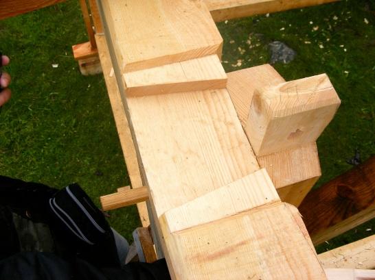 В классическом английском каркасе стойка, балка, мауэрлат и стропило встречаются в одном узле. Поэтому стойки часто делали из комлевых бревен дуба и ставили вверх комлем, чтобы брус наверху был шире для размещения двух взаимопоперечных шипов.
