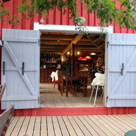 Двери ресторана в историческом районе Йоэнсуу. Все деревянное.. Все сравнительно недавнее, 19 века, но за всем этим так хорошо следят...