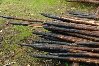 Стволы елочек традиционно обжигали, чтобы дольше сохранить от гнили.